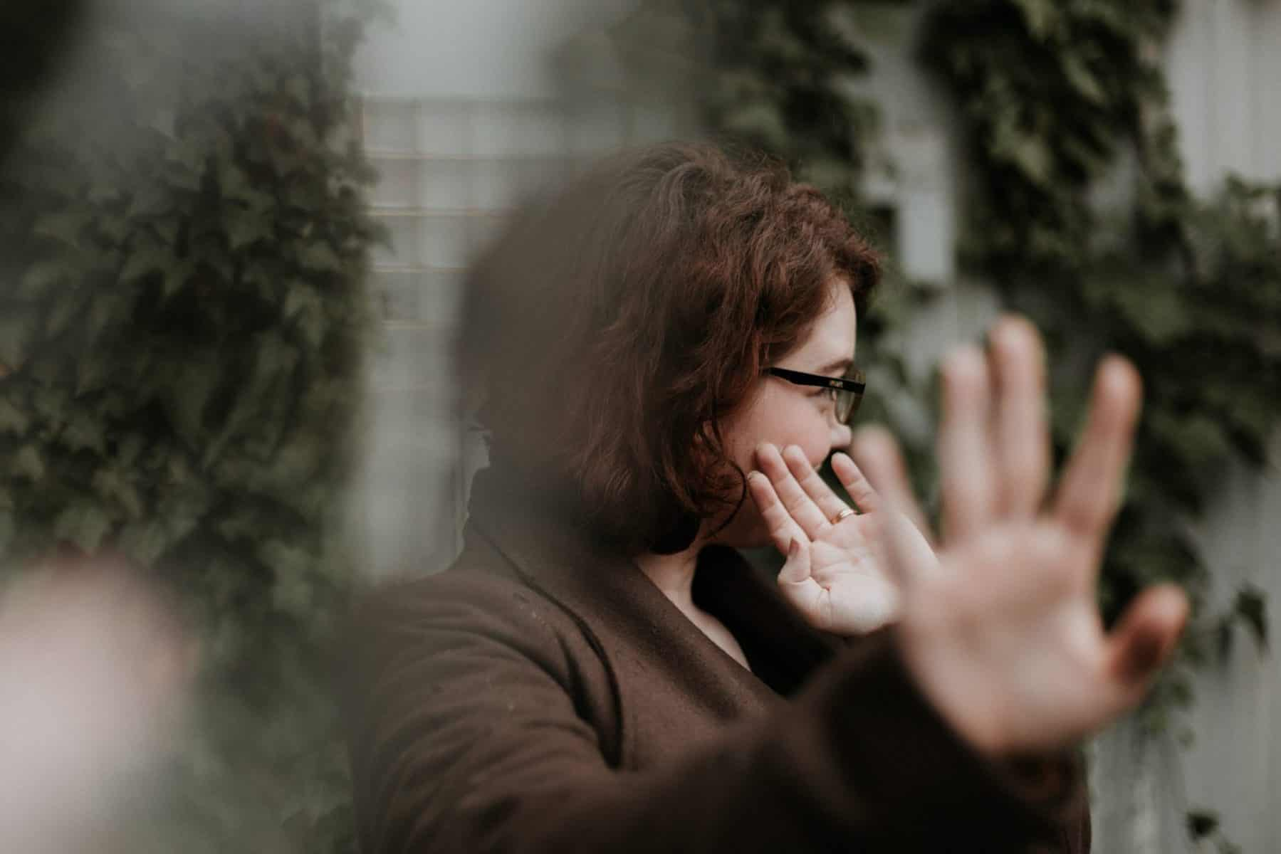 אישה מושיטה יד לסירוב
